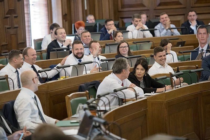"""Ja Saeimas sēžu zālē operatīvi būs nepieciešama koalīcijas viedokļu saskaņošana, tad """"KPV LV"""" frakciju pārstāvēs frakcijas vadītāja jaunais vietnieks Ēriks Pucens (otrais no kreisās). Foto no 2019.gada 13.jūnija."""