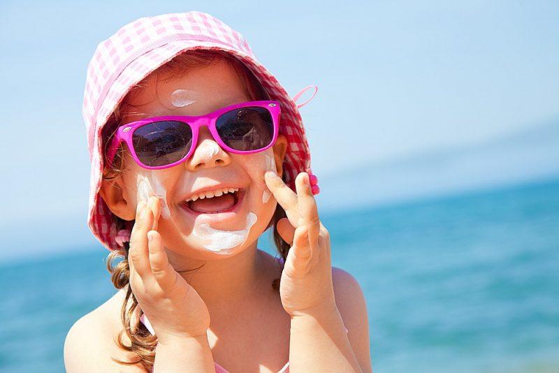 Saules aizsargkrēms, cepure, saulesbrilles – un bērns gatavs atpūtai pludmalē.