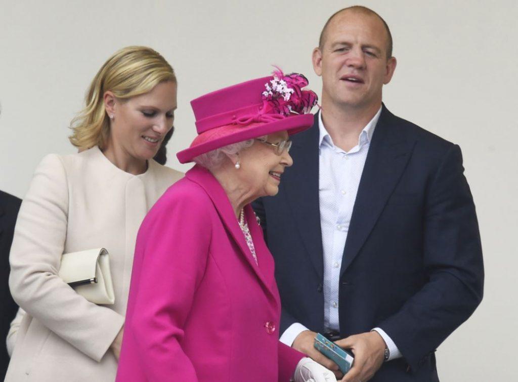Karaliene Elizabete II (priekšplānā), viņas mazmeita Zāra Tindala ar vīru Maiku.