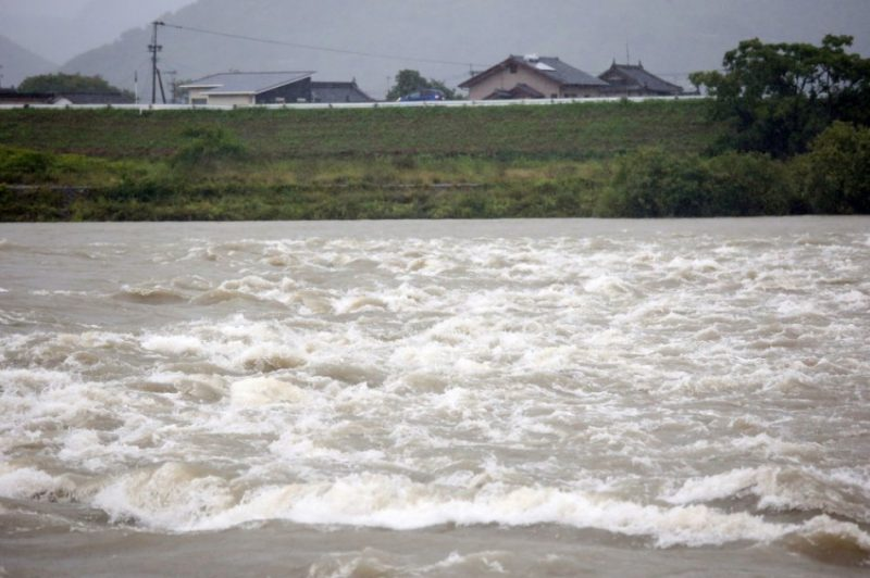 Japānā spēcīgas lietavas var izraisīt zemes noslīdējumus un nodarīt citus postījumus