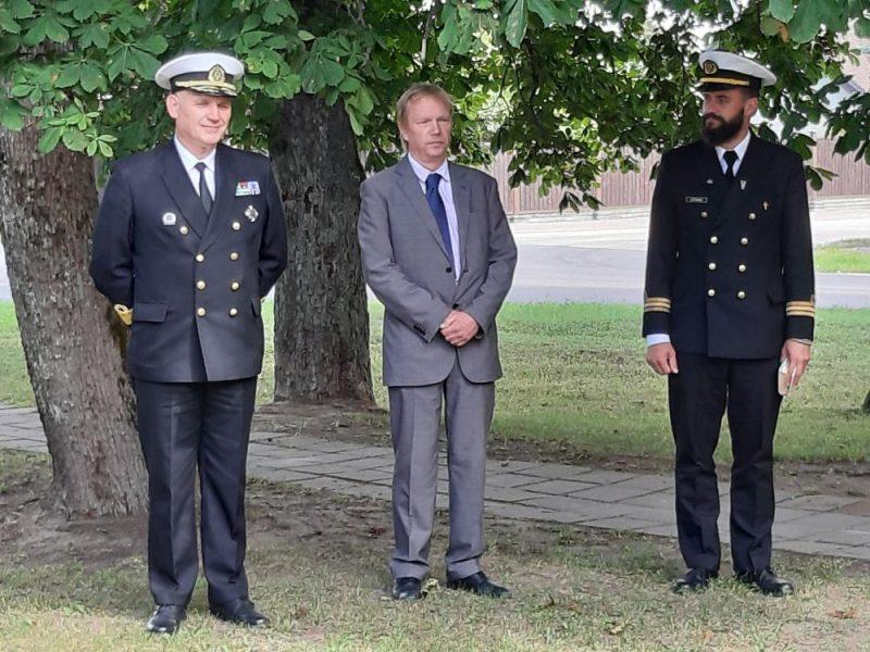 Flotiles admirālis Ingus Vizulis (foto – no kreisās puses), pa vidu foto – admirāļa A. Keizerlinga mazdēls Andreass Rogals.