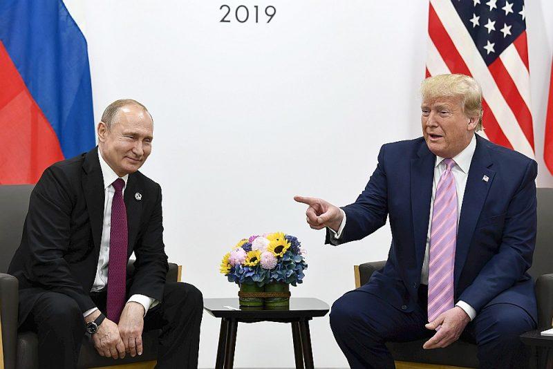 ASV prezidents Donalds Tramps, G20 samita ietvaros Osakā tiekoties ar Krievijas prezidentu Vladimiru Putinu, jokojot pakratot pirkstu, viņu brīdinājis nejaukties vēlēšanās.