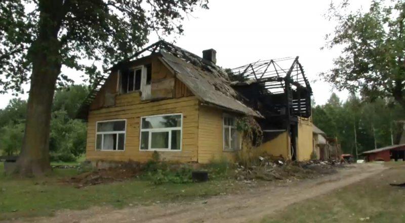 Valkas pusē kuplā Veipu ģimene palikusi bez jumta virs galvas pēc postošā ugunsgrēka.
