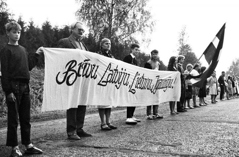 """Cilvēki, veidojot """"Baltijas ceļu"""", ir atstājuši nozīmīgus pēdu nospiedumus, apliecinot, ka kopīga vēsture un mērķi padara Baltijas valstis vienotas."""