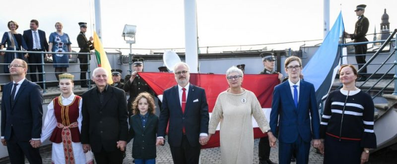 Atzīmējot Baltijas ceļa 30. gadadienu, trīs Baltijas valstu karogu pacelšana Rīgas pils Svētā gara tornī.