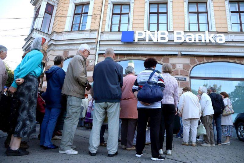 """Rindas pie """" PNB"""" bankas. """"PNB bankas"""" klientiem sāk garantēto atlīdzību izmaksas"""
