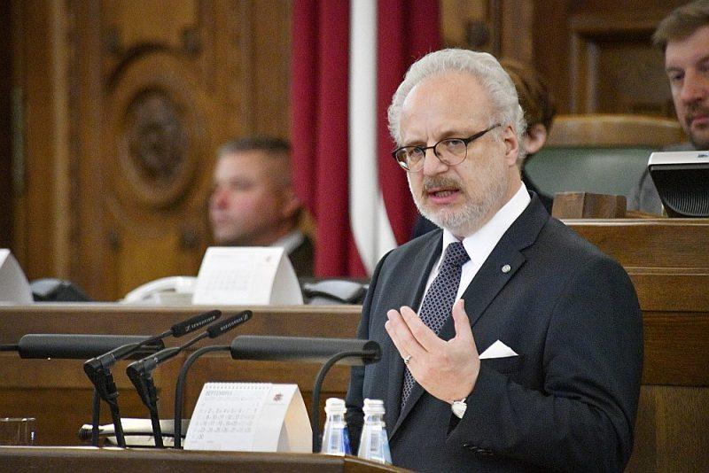 """Valsts prezidents Egils Levits iedibināja jaunu tradīciju un uzrunāja Saeimu, atklājot rudens sesijas pirmo sēdi. Satversme paredz Valsts prezidentam iespēju aktualizēt valstiski svarīgus jautājumus. Prezidents vēloties to izmantot, lai """"virzītu uz priekšu dažus jautājumus, kas mūs tuvinātu modernai, ilgtspējīgai Ziemeļeiropas valstij""""."""