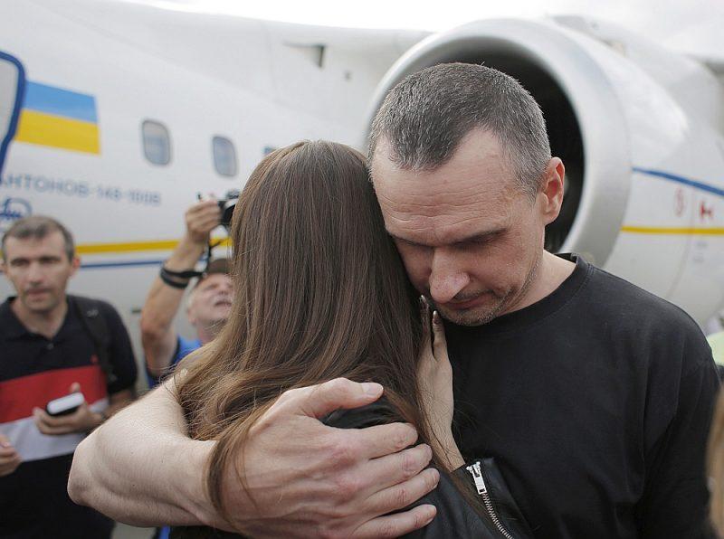 No Krievijas cietuma atbrīvotais ukraiņu kinorežisors Oļegs Sencovs apkampj meitu Alinu Kijevas lidostā.
