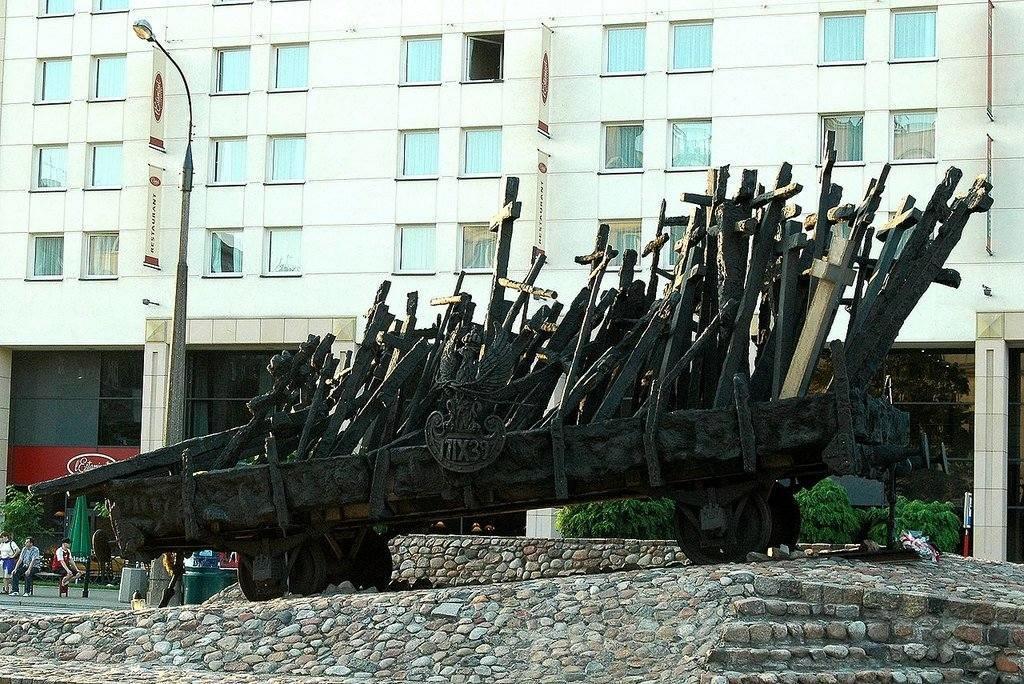 Piemineklis Austrumos kritušajiem un nogalinātajiem poļiem Varšavā.