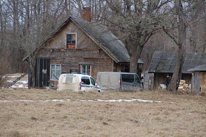 Valsts policija Bērzkalnes pagasta viensētā, kur februārī notika liktenīgā iedzeršana un kautiņš.