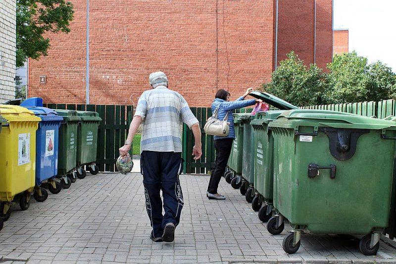 Atkritumu apsaimniekošanas uzņēmumi nevar atļauties vākt sašķirotos atkritumus bez maksas. Stikla rūpnīcas Latvijā vairs nav, nevienam tā vākšana īpaši izdevīga nav, jo tas šķirojams pa krāsām.