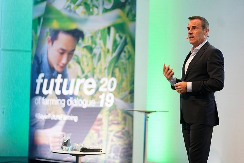 """""""Pasaules iedzīvotāju skaits strauji aug, lauksaimniecībai cilvēki būs jāpabaro, nekaitējot planētai. Lai to panāktu, nepieciešams izrāviens inovācijās, vienlaikus saglabājot dabas resursus,"""" atzīst """"Bayer"""" valdes loceklis un augkopības zinātnes nodaļas vadītājs Laijams Kondons."""
