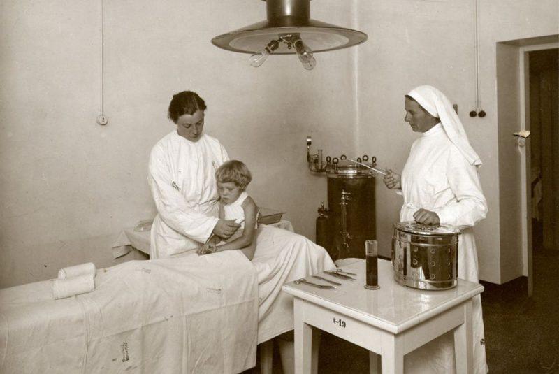 Mazais slimnieks ievests Bērnu slimnīcas pārsiešanas nodaļā. 1927. gads.