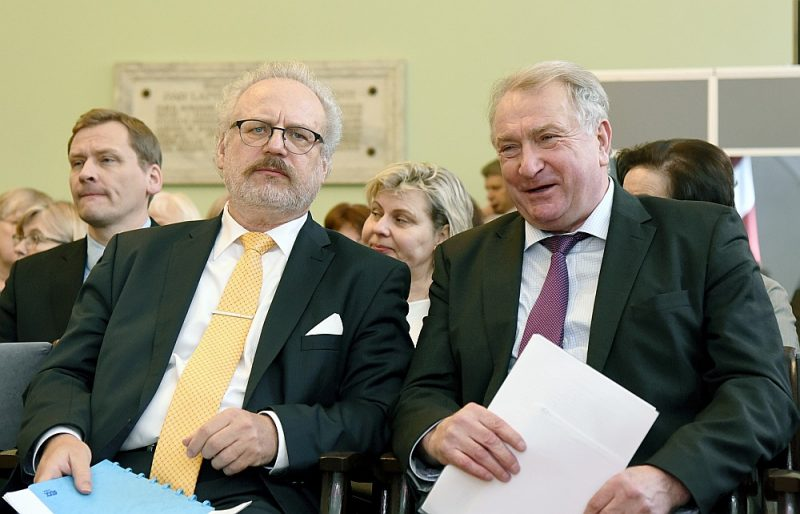 Līdzšinējais Latvijas Vēsturnieku komisijas vadītājs Inesis Feldmanis (no labās) pie prezidenta Egila Levita darbu neturpinās.