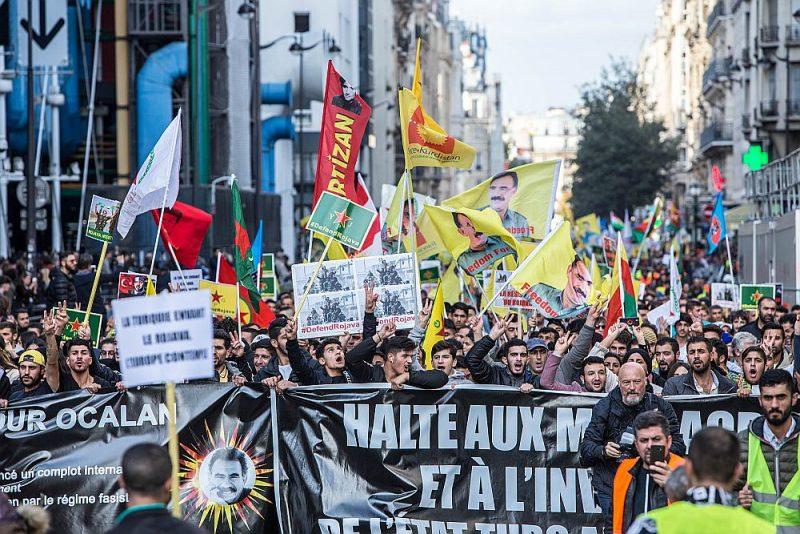Kurdi un viņu atbalstītāji demonstrācijā Parīzē protestē pret Turcijas iebrukumu kurdu gadsimtiem apdzīvotajās teritorijās Sīrijas ziemeļaustrumos.