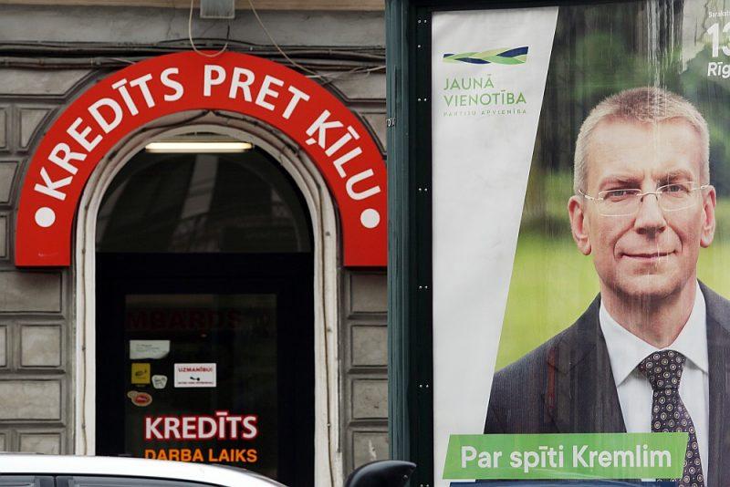 """Partijas atzīst, ka liela daļa no piešķirtā finansējuma tiks tērēta pirmsvēlēšanu kampaņās. Attēlā: """"Jaunās Vienotības"""" reklāma Rīgas ielās 2018. gada rudenī pirms 13. Saeimas vēlēšanām."""