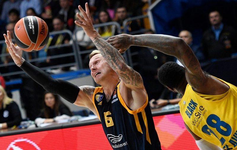 Jānis Timma cīnās par bumbu sezonas pirmajā ULEB Eirolīgas spēlē.