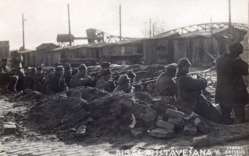 Latvijas armijas karavīri ierakumos Daugavmalā. Rīga, 1919. gada oktobris-novembris.