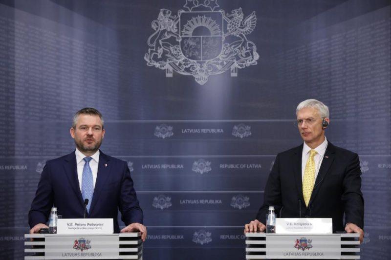 Latvijas Ministru prezidents Krišjānis Kariņš (no labās) un Slovākijas premjerministrs Pēters Pellegrīni piedalās preses konferencē pēc tikšanās Ministru kabinetā.