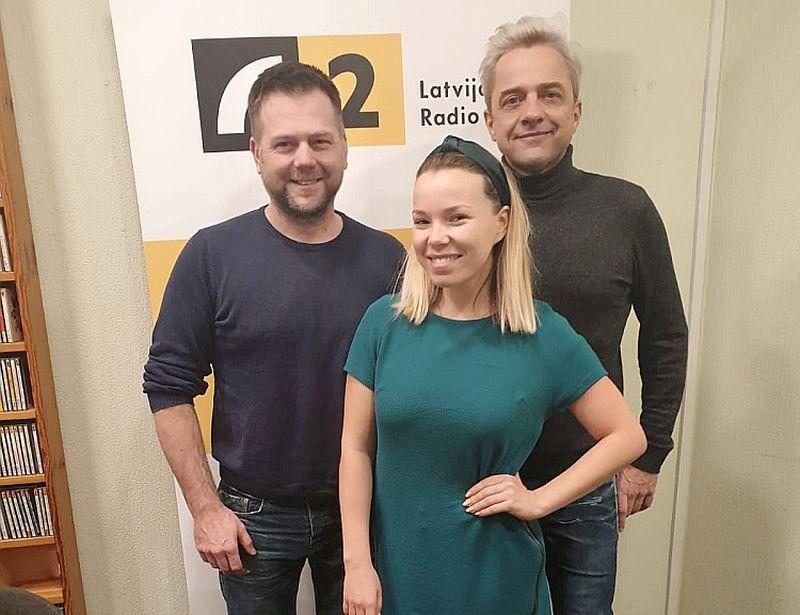 No kreisās: Gaitis Lazdāns, Ieva Sutugova un Normunds Pauniņš.