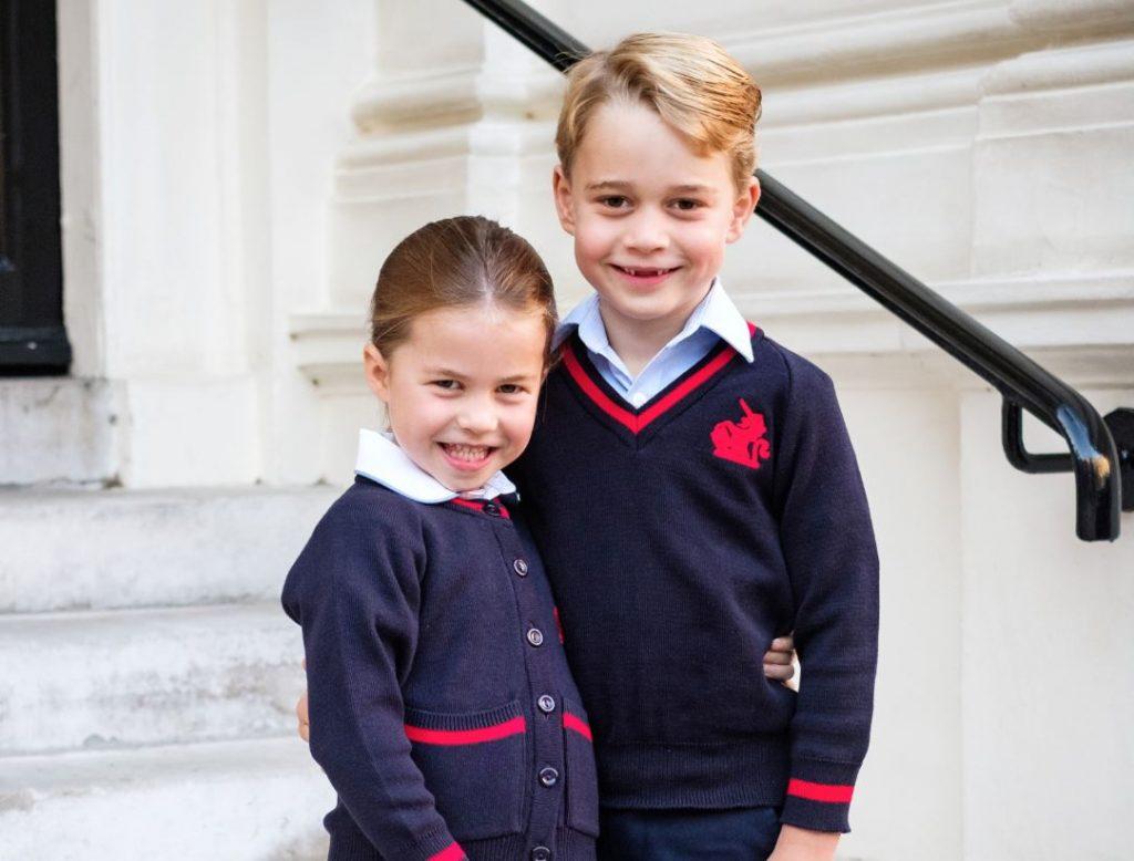 Princese Šarlote un princis Džordžs savā pirmajā skolas dienā.