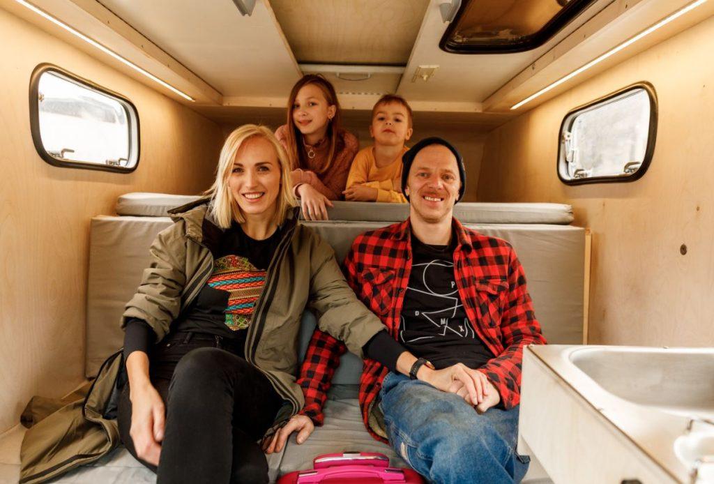 Kristīne Virsnīte kopā ar vīru Kasparu un abiem bērniem – meitu Amēliju un dēlu Kasparu.