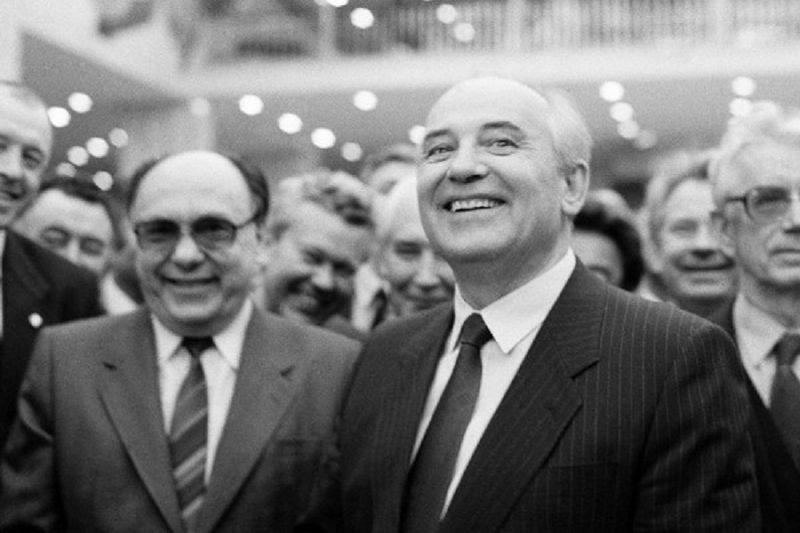 A. Jakovļevs (no kreisās) un M.Gorbačovs 1990. gadā.
