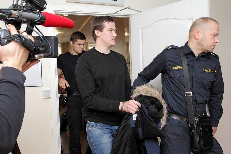 Apsūdzētais Renārs Jēgermanis (vidū) iepriekš atradās apcietinājumā. Tagad šis drošības līdzeklis mainīts.