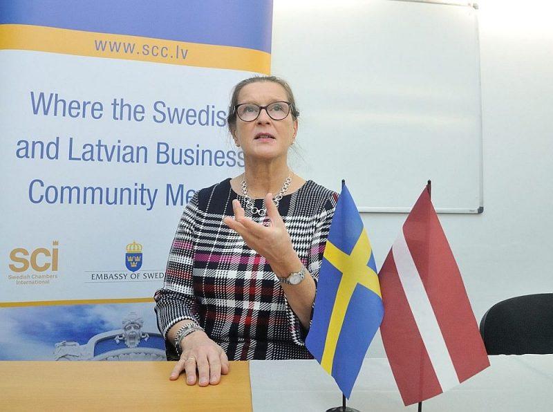 """""""Baltic Reach AB"""" īpašniece un biznesa konsultante Austra Krēsliņa: """"Zviedrijā tikpat kā vairs nelieto skaidru naudu. Ir veikali, kuros iepirkšanās ar skaidru naudu vairs nemaz nav iespējama: par to vēsta arī attiecīgi uzraksti pie kases. Visi norēķini notiek ar bezskaidras naudas darījumiem."""""""