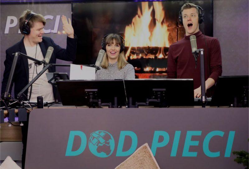 """Dīdžeji Toms Greviņš (no kreisās), Marta Grigale un Magnuss Eriņš piedalās Latvijas sabiedrisko mediju ikgadējās labdarības akcijas """"Dod pieci!"""" atklāšanas pasākumā Doma laukumā, 2018.gadā."""