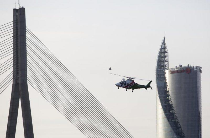 """Valsts robežsardzes jauno helikopteru un patruļkuteru pieņemšanas ceremonijā tiek demonstrēti jau vairākus gadus dienesta rīcībā esošie divdzinēju helikopteri """"Agusta 109E Power""""."""