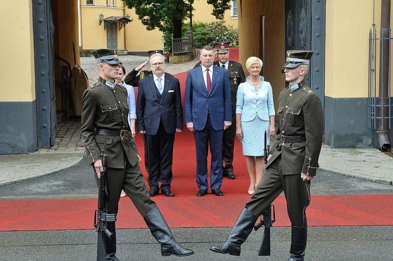 Šā gada 8. jūlijā Valsts prezidents Raimonds Vējonis jaunajam Valsts prezidentam Egilam Levitam (otrais no kreisās) simboliski nodeva Rīgas pils atslēgas.