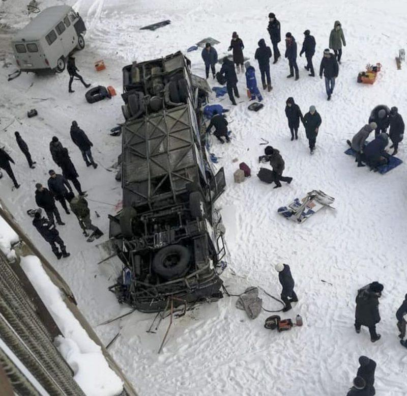 Autobusam nogāžoties no tilta aizsalušā upē, Krievijā svētdien gājuši bojā 19 cilvēki, paziņojušas amatpersonas.