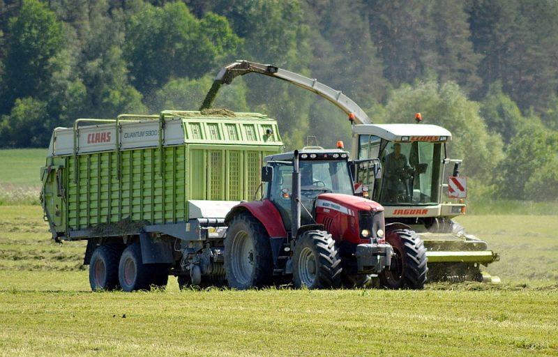 Augu aizsardzības līdzekļu lietojumam Latvijā ir tendence augt. Salīdzinājumā ar 2011. gadu vērojams 30–40% kāpums, taču ES jaunās prasības ir to lietojumu samazināt, sodot ar maksājumu samazināšanu zemniekiem.