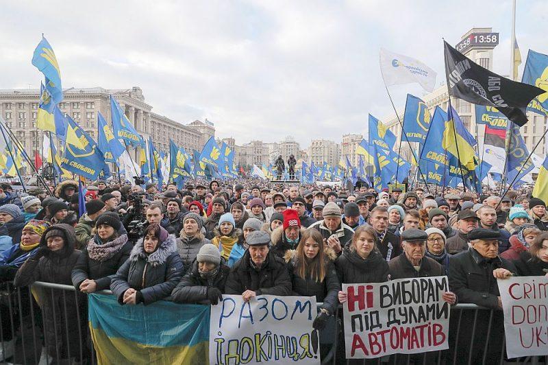 Vakar Neatkarības laukumā Kijevā notika masu demonstrācija, Ukrainas iedzīvotājiem atgādinot prezidentam Volodomiram Zelenskim, ka viņi nepiedos prezidentam piekāpšanos Maskavas prasībām sarunās Parīzē.
