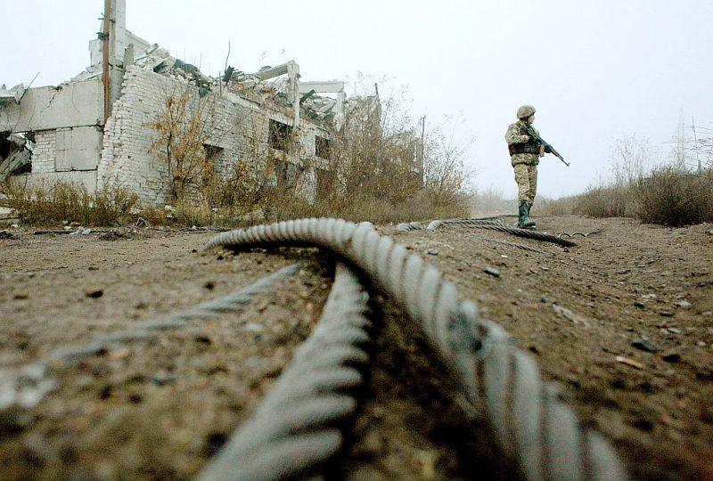 Ukraiņu karavīrs patrulē pie sagrautu ogļraktuvju ēkām uz Ukrainas armijas un separātistu robežzonas netālu no Avdijivkas pilsētas. Ukraina uzskata, ka Krievijai būtu tai jākompensē karadarbības laikā radītie postījumi.
