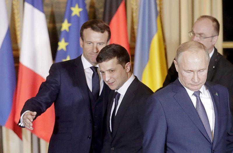 Francijas prezidents Emanuels Makrons (no kreisās), Ukrainas prezidents Volodimirs Zelenskis un Krievijas prezidents Vladimirs Putins tikšanās laikā Parīzē 9. decembrī.