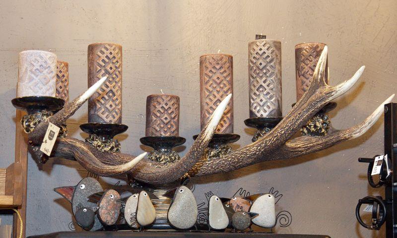 Latvijā netrūkst mednieku, kas lepojas ar savām medību trofejām. Kādēļ lai brieža ragi nepārtaptu par svečturi, kas stiprināms pie sienas?!