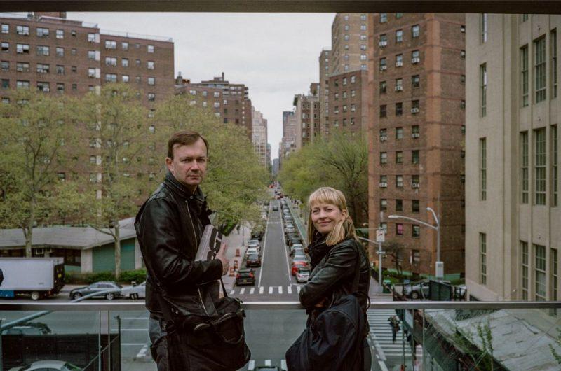 """Gunara Saliņa pasaulē – savulaik radoši dzirksteļojošajā Ņujorkas """"Elles ķēķī"""", – skatītājus ievedīs cilvēks, kurš Saliņu pazina uz """"Tu"""" – dzejnieks Kārlis Vērdiņš."""