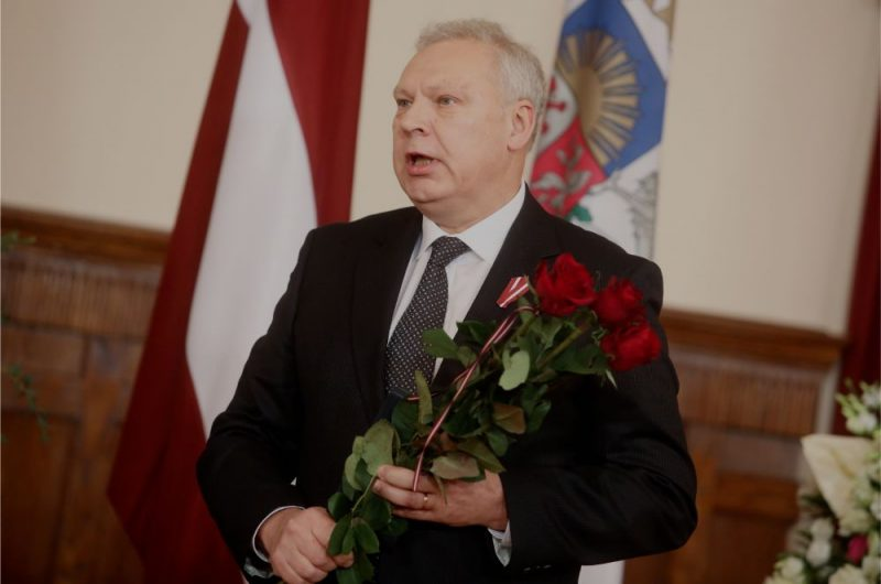 """SIA """"RAKUS"""" Vispārējās un neatliekamās ķirurģijas klīnikas vadītājs, RSU Medicīnas fakultātes Ķirurģijas katedras profesors Guntars Pupelis ar saņemto Triju Zvaigžņu ordeni par nopelniem medicīnā, ķirurģijas attīstībā Latvijā un ilggadēju, augsti profesionālu ieguldījumu iedzīvotāju veselības aprūpē, medicīnas izglītībā un zinātniski pētnieciskajā darbā, Valsts augstāko apbalvojumu pasniegšanas ceremonijas laikā Rīgas pilī, 17.11.2018."""