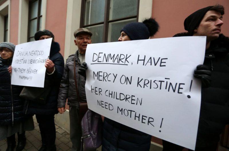 Pie Dānijas vēstniecības Rīgā notiek pikets pret šobrīd Dānijā apcietinātās divu bērnu mātes Kristīnes Misānes izdošanu Dienvidāfrikai, kur viņai draud 15 gadu cietumsods par savu bērnu glābšanu no vardarbības, 15.01.2020.