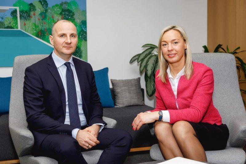 """Sadarbības līgumu par portfeļgarantiju izsniegšanu parakstīja """" Altum"""" valdes locekle Inese Zīle un SEB bankas valdes loceklis Arnis Škapars."""