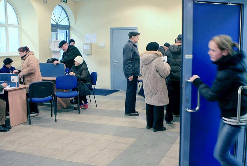 """Ja strādājošais izvēlas novēlēt 2. līmeņa pensiju klātienē Valsts sociālās apdrošināšanas aģentūras klientu apkalpošanas nodaļā, nevis elektroniski portālā """"Latvija.lv"""", """"tad jārēķinās ar gaidīšanu līdz pat stundai."""