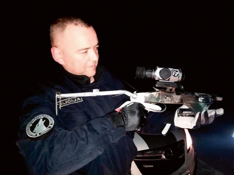 J.Veispals ar izņemto nelegālo medību ieroci.