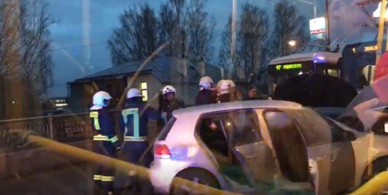 Avārijas dēļ uz Gaisa tilta Rīgā traucēta tramaju kustība.
