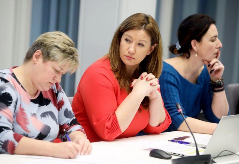Saeimas deputāte, komisijas priekšsēdētāja Ieva Krapāne (centrā) piedalās Saeimas Parlamentārās izmeklēšanas komisijas par OIK atbalsta ieviešanas mērķiem, ietekmi un nodarīto kaitējumu sēdē.