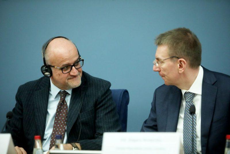Melnkalnes ārlietu ministru Srdžans Darmanovičs (no kreisās) un Latvijas ārlietu ministrs Edgars Rinkēvičs piedalās preses konferencē pēc tikšanās Ārlietu ministrijā.