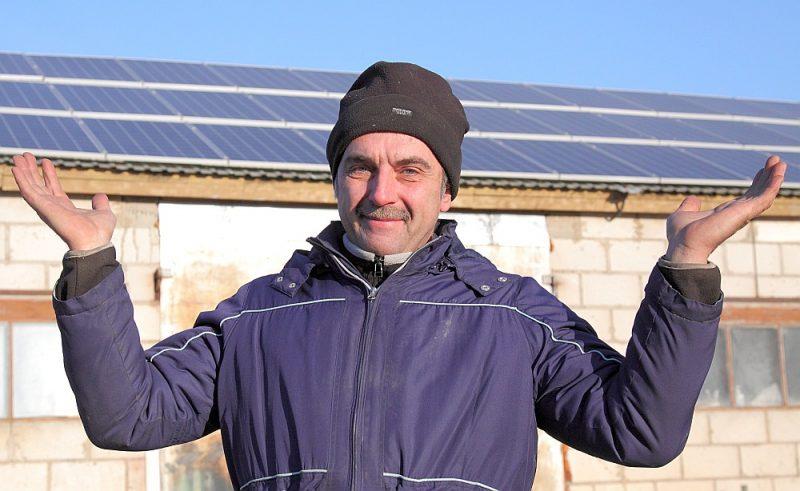 """Kopš septembra Saldus novada Kursīšu pagasta zemnieku saimniecības """"Purvi"""" īpašnieks Uldis Romanis uz darbnīcas un lopu fermas jumta uzstādījis četrdesmit saules paneļus, kas pieslēgti kopējam elektropārvades tīklam."""