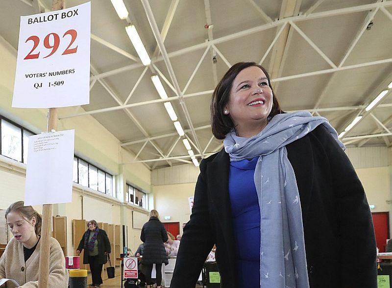 """Parlamenta vēlēšanās Īrijā negaidīti labus panākumus guva kreisā īru republikāņu partija """"Sinn Fein"""". Attēlā: partijas līdere Mērija Lū Makdonalda balso vēlēšanu iecirknī Dublinā."""