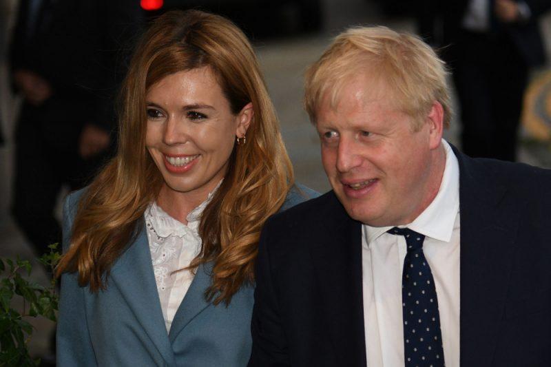 Lielbritānijas premjerministrs Boriss Džonsons ar partneri Keriju Simondsu.